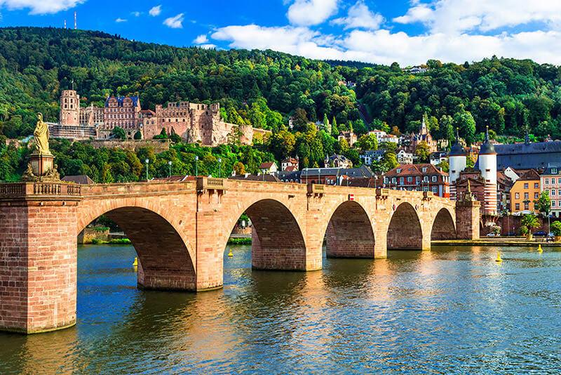 Die alte Brücke in Heidelberg, im Hintergrund das Heidelberger Schloss