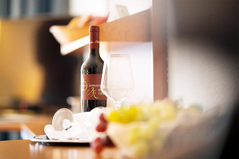 Tablett mit Weinflasche- und Glas