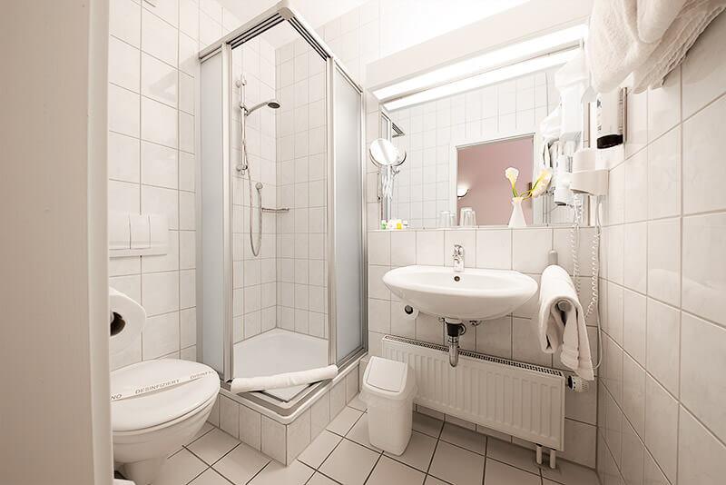 Das Badezimmer der Einzel- und Doppelzimmer